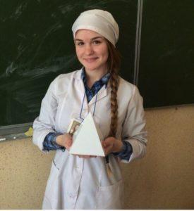 Студентка Данилина Анна с пирамидой, участвующей в конкурсе.